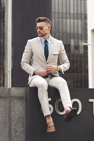 Comment porter: costume beige, chemise de ville bleu clair, double monks en cuir marron, cravate à rayures horizontales vert foncé