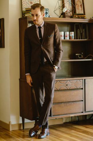 Comment porter: costume en laine marron foncé, chemise de ville rose, double monks en cuir marron, cravate en tricot noire