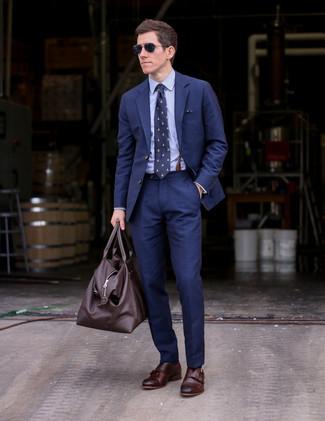 Comment porter: costume bleu marine, chemise de ville bleu clair, double monks en cuir marron foncé, grand sac en cuir marron foncé