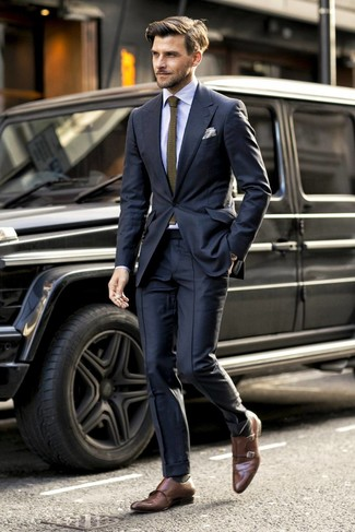 Comment porter: costume noir, chemise de ville à rayures verticales bleu clair, double monks en cuir marron, cravate en tricot olive