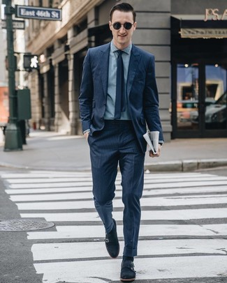 Comment porter: costume à rayures verticales bleu marine, chemise de ville en chambray bleu clair, double monks en daim bleu marine, cravate bleu marine