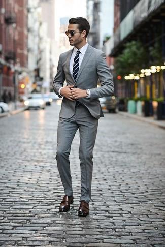 Comment porter: costume écossais gris, chemise de ville blanche, double monks en cuir marron foncé, cravate à rayures horizontales bleu marine et blanc