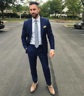 Comment porter: costume bleu marine, chemise de ville à rayures verticales blanche, double monks en daim beiges, cravate á pois grise