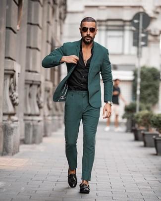 Comment porter: costume vert foncé, chemise de ville noire, double monks en cuir noirs, lunettes de soleil marron foncé