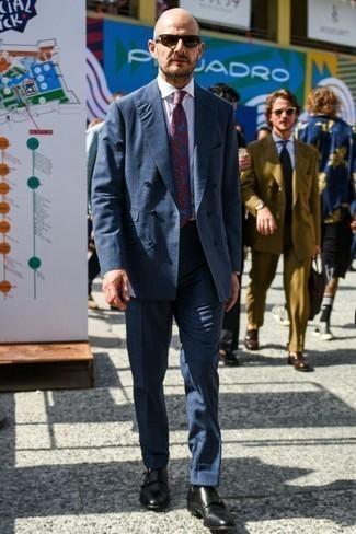 Comment s'habiller pour un style elégantes: Essaie d'associer un costume écossais gris foncé avec une chemise de ville blanche pour dégager classe et sophistication. Une paire de des double monks en cuir noirs est une option génial pour complèter cette tenue.