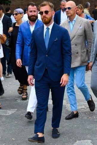 Comment porter une pochette de costume bleue: Essaie d'associer un costume à rayures verticales bleu marine avec une pochette de costume bleue pour un déjeuner le dimanche entre amis. Une paire de des double monks en daim bleu marine apportera une esthétique classique à l'ensemble.