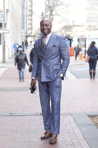 Comment porter une cravate marron: Choisis un costume bleu et une cravate marron pour dégager classe et sophistication. Jouez la carte décontractée pour les chaussures et assortis cette tenue avec une paire de des double monks en cuir marron.