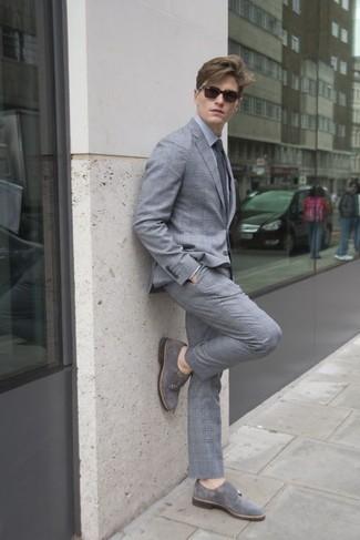 Comment porter un costume écossais gris: Essaie de marier un costume écossais gris avec une chemise de ville grise pour un look classique et élégant. Une paire de des double monks en daim gris est une option astucieux pour complèter cette tenue.
