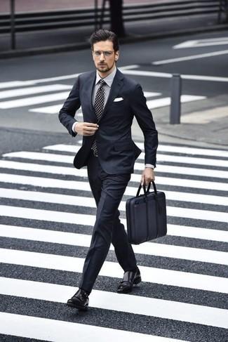 Comment porter une chemise de ville à rayures verticales grise: Associe une chemise de ville à rayures verticales grise avec un costume bleu marine pour un look classique et élégant. Termine ce look avec une paire de des double monks en cuir noirs.