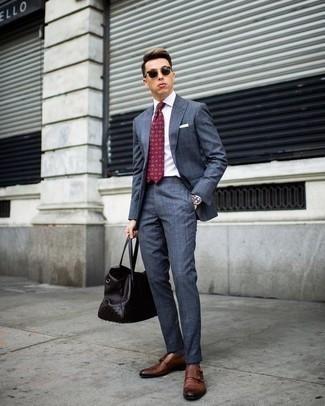 Comment porter un sac: Pour créer une tenue idéale pour un déjeuner entre amis le week-end, pense à marier un costume bleu avec un sac. D'une humeur créatrice? Assortis ta tenue avec une paire de des double monks en cuir marron.