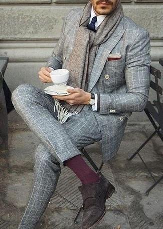 Comment porter une pochette de costume bordeaux: Pense à harmoniser un costume écossais gris avec une pochette de costume bordeaux pour un look de tous les jours facile à porter. Fais d'une paire de des double monks en daim marron foncé ton choix de souliers pour afficher ton expertise vestimentaire.