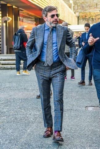 Comment porter une chemise de ville en chambray bleue: Quelque chose d'aussi simple que d'opter pour une chemise de ville en chambray bleue et un costume écossais bleu peut te démarquer de la foule. Pour les chaussures, fais un choix décontracté avec une paire de des double monks en cuir marron.