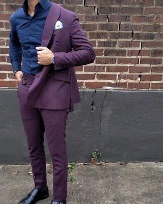 Comment porter une montre noire: Les journées chargées nécessitent une tenue simple mais stylée, comme un costume violet et une montre noire. Jouez la carte classique pour les chaussures et termine ce look avec une paire de des double monks en cuir noirs.