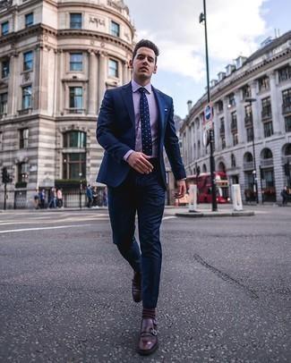 Comment porter des chaussettes marron foncé: Associe un costume bleu marine avec des chaussettes marron foncé pour obtenir un look relax mais stylé. Ajoute une paire de des double monks en cuir bordeaux à ton look pour une amélioration instantanée de ton style.