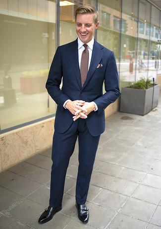 Comment s'habiller après 40 ans: Essaie de marier un costume bleu marine avec une chemise de ville blanche pour dégager classe et sophistication. Pour les chaussures, fais un choix décontracté avec une paire de double monks en cuir noirs.