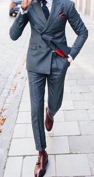 Comment porter un costume bleu marine: Harmonise un costume bleu marine avec une chemise de ville blanche pour un look classique et élégant. Si tu veux éviter un look trop formel, complète cet ensemble avec une paire de double monks en cuir marron.