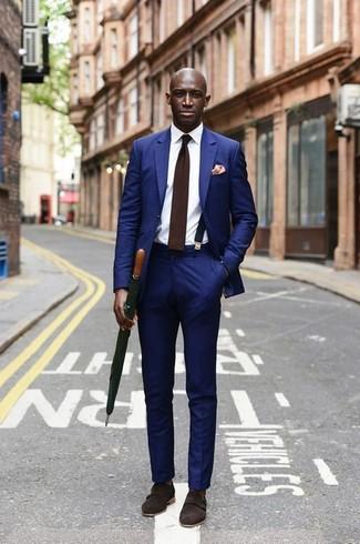 Comment porter: costume bleu, chemise de ville blanche, double monks en daim marron foncé, cravate en laine marron foncé