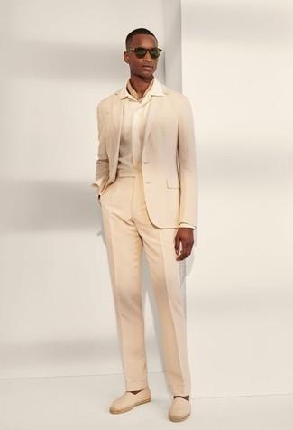 Comment s'habiller pour un style elégantes: Associe un costume beige avec une chemise de ville beige pour dégager classe et sophistication. Mélange les styles en portant une paire de espadrilles en toile beiges.