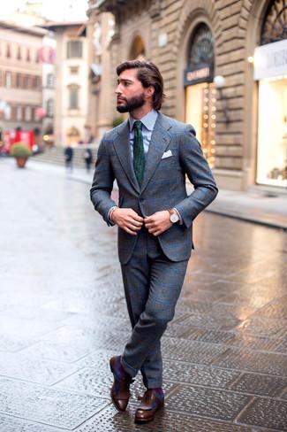 Comment porter: costume en laine à carreaux gris, chemise de ville à rayures verticales blanc et bleu marine, mocassins à pampilles en cuir marron foncé, cravate imprimée vert foncé