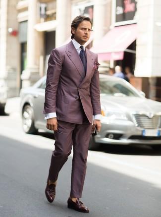 Comment porter: costume pourpre, chemise de ville blanche, mocassins à pampilles en cuir marron foncé, cravate imprimée cachemire pourpre foncé