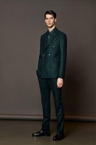 Tenue: Costume à carreaux vert foncé, Chemise de ville vert foncé, Mocassins à pampilles en cuir noirs, Cravate vert foncé