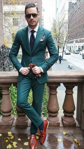 Comment porter: costume bleu canard, chemise de ville blanche, mocassins à pampilles en cuir tabac, cravate bleu marine