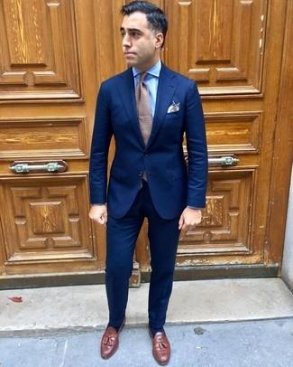 Comment porter: costume bleu marine, chemise de ville bleu clair, mocassins à pampilles en cuir marron, cravate á pois marron