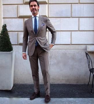 Comment porter: costume marron, chemise de ville bleu clair, mocassins à pampilles en daim marron foncé, cravate bleu marine