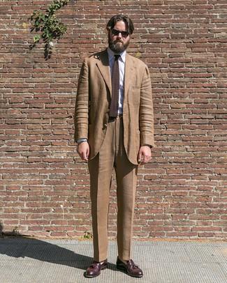 Comment porter: costume marron, chemise de ville à rayures verticales blanche, mocassins à pampilles en cuir bordeaux, cravate en tricot marron foncé