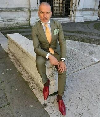 Comment porter: costume olive, chemise de ville blanche, mocassins à pampilles en cuir rouges, cravate jaune
