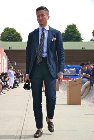 Comment porter: costume noir, chemise de ville bleu clair, mocassins à pampilles en cuir marron foncé, cravate imprimée olive