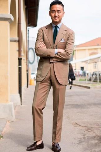 Comment porter: costume marron clair, chemise de ville bleu clair, mocassins à pampilles en cuir marron foncé, cravate à rayures verticales bleu marine et vert