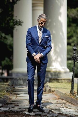 Comment porter: costume bleu, chemise de ville blanche, mocassins à pampilles en cuir noirs, cravate à fleurs beige
