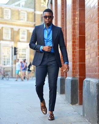 Comment porter: costume bleu marine, chemise de ville bleue, mocassins à pampilles en cuir marron foncé, lunettes de soleil marron foncé