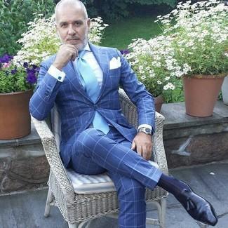 Comment porter: costume à carreaux bleu, chemise de ville blanche, mocassins à pampilles en cuir noirs, cravate bleu clair
