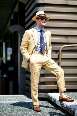 Comment porter: costume jaune, chemise de ville bleu clair, mocassins à pampilles en cuir marron, chapeau de paille marron clair