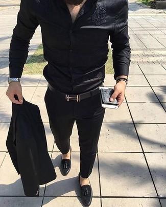 Comment porter: costume noir, chemise de ville en soie noire, mocassins à pampilles en daim noirs, ceinture en cuir noire