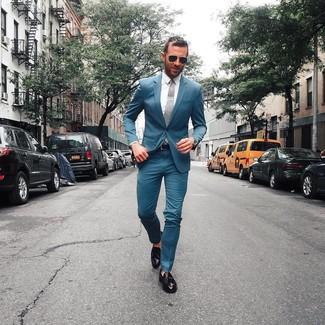 Comment porter: costume bleu canard, chemise de ville blanche, mocassins à pampilles en cuir noirs, cravate grise