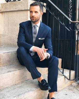 Comment porter: costume bleu marine, chemise de ville blanche, mocassins à pampilles en cuir noirs, cravate écossaise grise