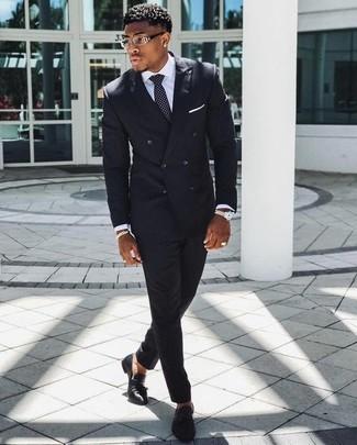 Comment porter: costume à rayures verticales noir, chemise de ville blanche, mocassins à pampilles en cuir noirs, cravate á pois noire et blanche