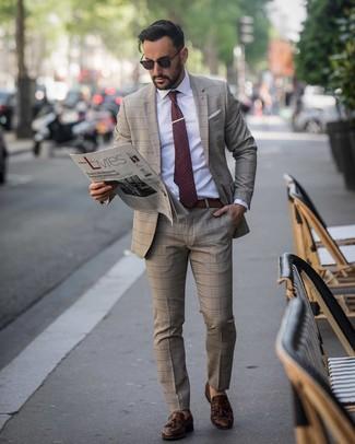 Comment porter: costume écossais marron, chemise de ville blanche, mocassins à pampilles en cuir marron foncé, cravate á pois bordeaux