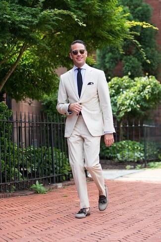 Comment porter: costume en seersucker beige, chemise de ville bleu clair, mocassins à pampilles en toile gris, cravate en tricot bleu marine