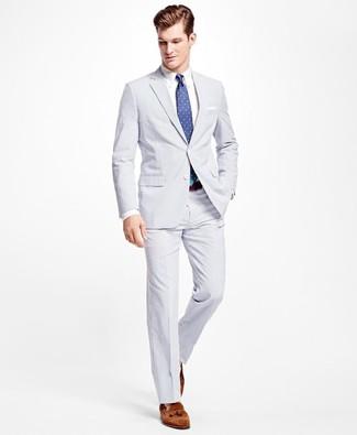 Comment porter: costume en seersucker blanc, chemise de ville blanche, mocassins à pampilles en daim marron, cravate á pois bleue