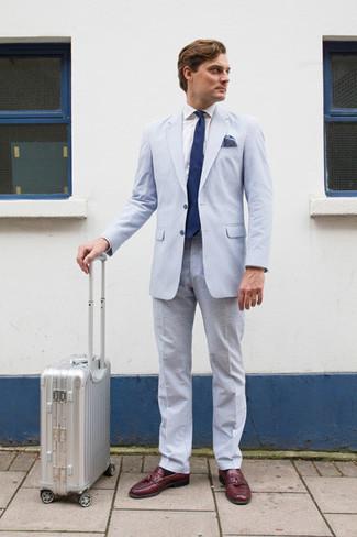 Comment porter: costume en seersucker bleu clair, chemise de ville blanche, mocassins à pampilles en cuir bordeaux, cravate bleu marine