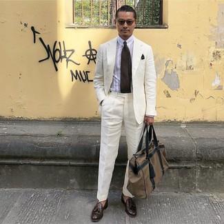 Comment porter: costume en lin blanc, chemise de ville à rayures verticales blanche, mocassins à pampilles en cuir marron foncé, fourre-tout en toile marron