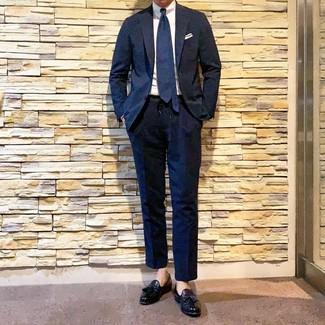 Comment porter: costume bleu marine, chemise de ville blanche, mocassins à pampilles en cuir noirs, cravate bleu marine