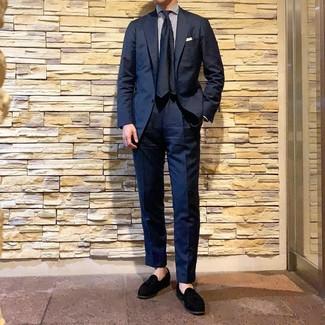 Comment porter: costume bleu marine, chemise de ville à rayures verticales blanc et bleu marine, mocassins à pampilles en daim noirs, cravate en soie bleu marine