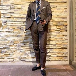 Comment porter: costume marron, chemise de ville à rayures verticales blanc et bleu, mocassins à pampilles en cuir noirs, cravate à rayures horizontales bleu marine