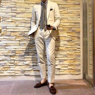 Comment porter: costume beige, chemise de ville à rayures verticales blanche, mocassins à pampilles en daim marron, cravate imprimée olive