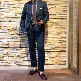 Comment porter: costume bleu marine, chemise de ville à rayures verticales blanche, mocassins à pampilles en cuir bordeaux, cravate á pois marron foncé